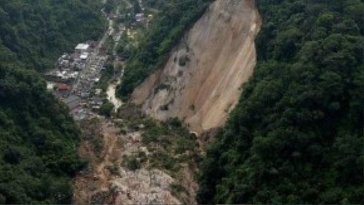 Mưa lớn khiến đất đá từ sườn núi đổ sập xuống khu dân cư tại chân núi vào đêm ngay 1/10 tại ngoại ô thủ đô Guatemala.