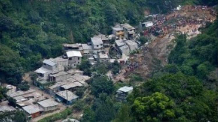 Hơn 100 căn nhà bị vùi lấp trong đất đá và thân cây.