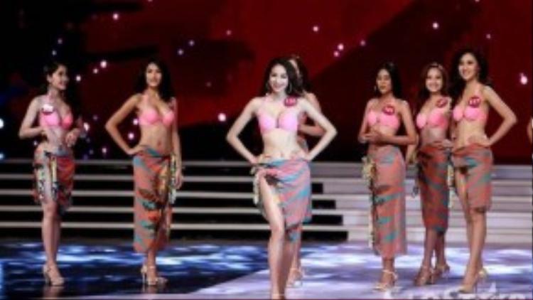 Phạm Hương là một trong 10 thí sinh được bước tiếp vào vòng trong để trình diễn trang phục dạ hội.