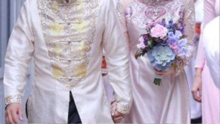 Suốt quãng đường từ nhà ra xe, anh nắm chặt tay Đinh Ngọc Diệp. Trong khi đó, nữ diễn viên e ấp đi sát bên chồng sắp cưới.