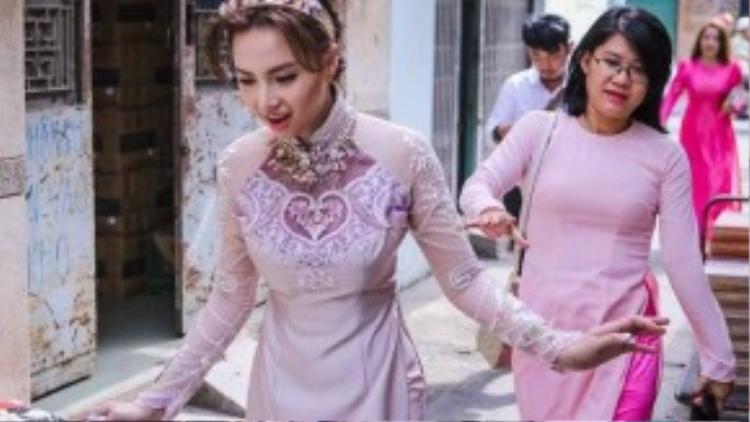 Sáng 4/10, đạo diễn Victor Vũ và diễn viên Đinh Ngọc Diệp bất ngờ tổ chức lễ đính hôn. Từ sáng sớm, cặp đôi từ nhà riêng ở quận 2 lên xe đến nhà bà nội nữ diễn viên tại quận Bình Thạnh (TP HCM) để làm lễ cúng bái tổ tiên.