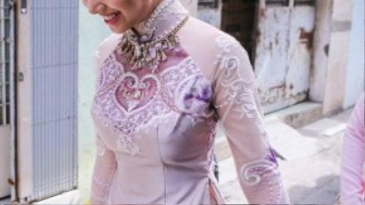 Người đẹp sinh năm 1984 diện áo dài hồng tím được thiết kế ấn tượng, hoa văn thêu tay cầu kỳ, công phu. Cô không giấu được sự hạnh phúc trên gương mặt trong ngày trọng đại.