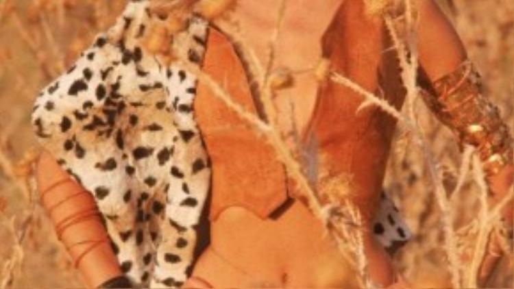 Cũng vào cuối thập niên này, họa tiết da báo được đưa vào phối đa dạng với các chất liệu tự nhiên. Trong hình là siêu mẫu Veruschka hoang dã với thiết kế da lộn phối cùng họa tiết da báo.