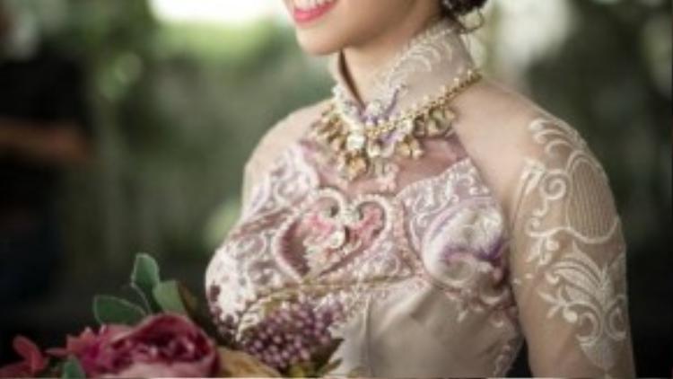 Dù phải chuẩn bị làm lễ từ rất sớm nhưng Đinh Ngọc Diệp vẫn giữ được nét rạng rỡ, tươi tắn.
