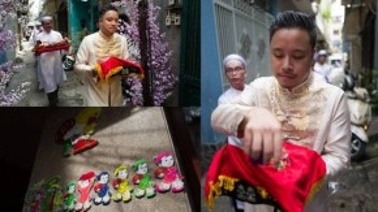 Victor Vũ tiến vào làm lễ. Buổi đám hỏi diễn ra tại nhà bà nội của Đinh Ngọc Diệp tại quận Bình Thạnh, TP HCM.