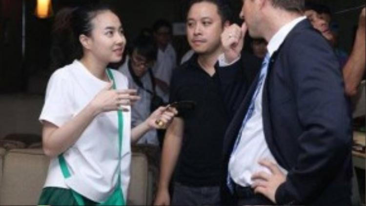 Trong các buổi giới thiệu sách sau đó, Victor Vũ luôn theo sát hỗ trợ và động viên nữ diễn viên.