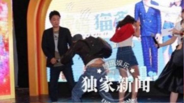 Nữ diễn viên trẻ Lâm Doanh Oánh trong sự kiện quảng bá phim bị một người đàn ông xông lên sân khấu, ném trứng tới tấp vào người cô. Gương mặt Lâm Doanh Oánh biến sắc sau đó.