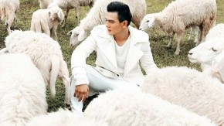 Anh chàng cũng thường xuyên xuất hiện trên các tạp chí thời trang nổi tiếng như Elle Man, Esquire, Gofl.