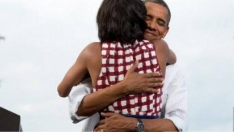 Vợ chồng Tổng thống Obama chia sẻ với nhau giây phút hạnh phúc khi giành chiến thắng trong nhiệm kỳ thứ 2 tại Nhà Trắng. Hình ảnh này từng khiến cộng đồng người theo dõi dậy sóng và chia sẻ nhiều nhất trong các cuộc tranh cử từ trước đến nay.