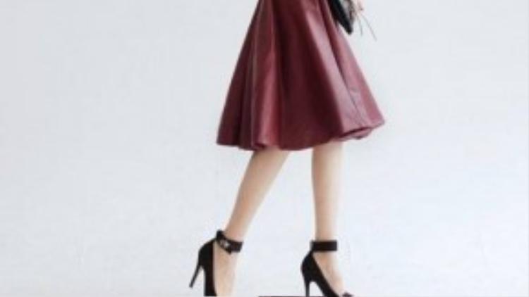 Chân váy da burgundy kết hợp với giày cao gót Mary Janes tạo nên phong cách quý cô cổ điển, trang nhã.
