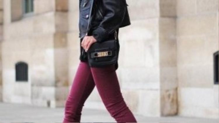 Skinny burgundy kết hợp với áo khoác da tạo nên bộ đôi sành điệu, cá tính.