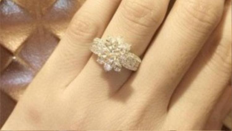 Vân Trang hạnh phúc chia sẻ hình ảnh bàn tay với chiếc nhẫn kim cương đắt tiền trên trang cá nhân. Đám cưới của Vân Trang sẽ được tổ chức một ngày không xa.