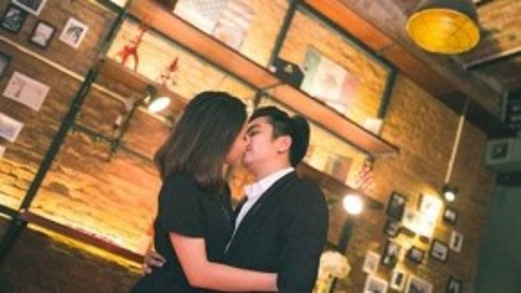 Vân Trang và bạn trai hôn nhau trong sự cổ vũ và chúc phúc từ phía các bạn bè thân thiết.
