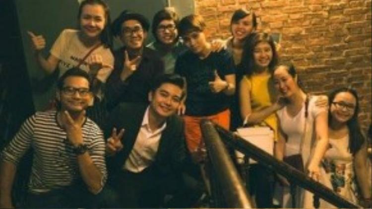 Huỳnh Đông, Ái Châu, Minh Thuận và nhiều bạn bè đã có mặt trong buổi cầu hôn của đồng nghiệp.