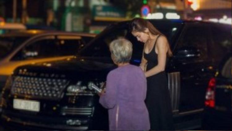 Cô vui vẻ ủng hộ vé số cho cụ bà khi được chào mua.