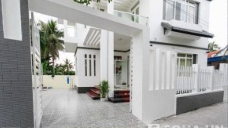 Theo lời ông Phạm Văn Mốt - bố đẻ Phạm Hương, căn nhà này được xây trên nền đất của ngôi nhà cũ. Căn nhà mới được hoàn thiện vào đầu tháng 10/2015.