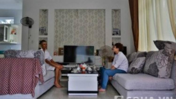 Không chỉ bề thế và bắt mắt ở của ngoại thất mà nội thất cũng được thiết kế và lựa chọn một cách kỹ lưỡng. Từ chiếc tivi, bộ bàn ghế, những tấm rèm cho tới màu sơn trong căn nhà đều hoàn toàn xa lạ với vẻ quê kiểng của người dân xung quanh.