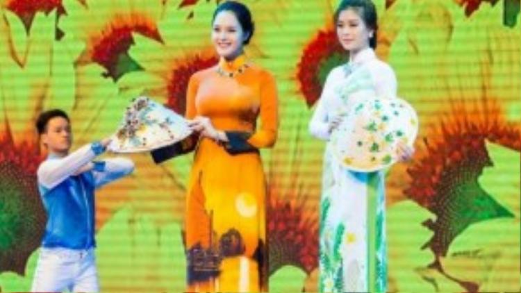 Hai Á hậu cùng đảm nhận vai trò vedette cho màn trình diễn thời trang của Thái Tuấn.