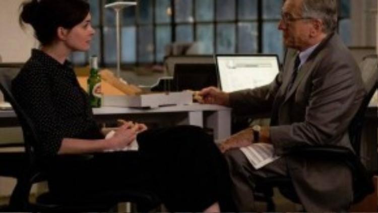 """The Intern sở hữu một ê-kíp làm phim cực kỳ chuyên nghiệp. Biên kịch kiêm đạo diễn phim là Nancy Meyers, chủ nhân của một đề cử Oscar. """"Bố già"""" Robert De Niro thì đã thắng đến hai tượng vàng Oscar và Anne Hathaway cũng từng được Viện hàn lâm tôn vinh vào năm 2012."""