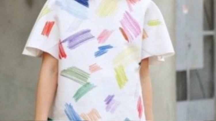 Nữ biên tập viên Miroslava Duma trẻ trung, mới lạ trong cả set đồ được in màu các vết vẽ nguệch ngoạc, tinh nghịch.
