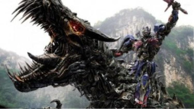 Mặc dù luôn bị những nhà phê bình chê trách là phô diễn và nông cạn, Transformers vẫn luôn thắng thế nhờ lực lượng người hâm mộ hùng hậu.