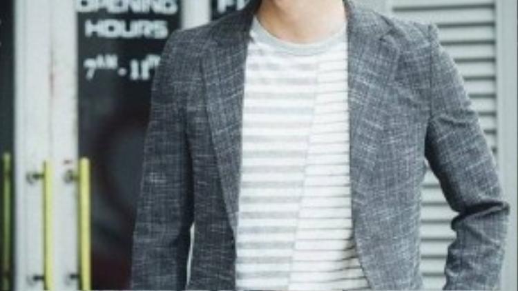 Bộ suit màu lông chuột với họa tiết kẻ mix cùng áo phông tạo phong cách sành điệu, trẻ trung.