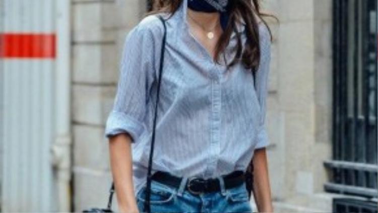 Nó cũng rất hợp với các kiểu trang phục basic như sơ mi, quần jeans.