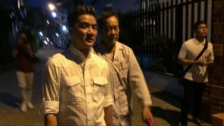 Chiều 5/10, ca sĩ Đàm Vĩnh Hưng trực tiếp đến gặp và thăm hỏi tình hình sức khỏe của nhạc sĩ Tô Thanh Tùng sau khi biết ông bị căn bệnh ung thư tuyến tiền liệt.