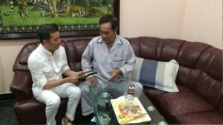 Anh đại diện nhóm nghệ sĩ và quỹ Tình nghệ sĩ trao đến nhạc sĩ số tiền 100 triệu đồng. Nhạc sĩ Tô Thanh Tùng xúc động cho hay, sau giải phóng đến giờ, đây là lần đầu tiên ông nhận được số tiền quá lớn.
