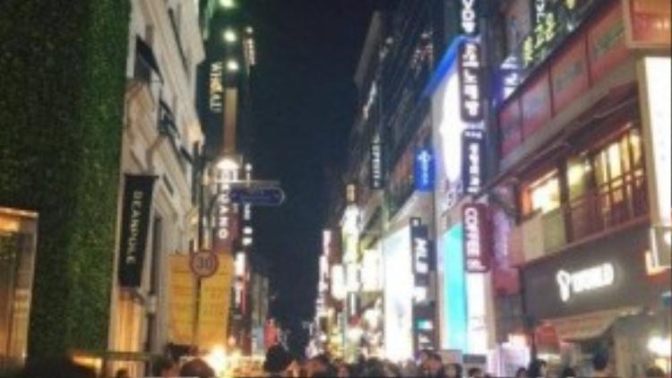 Hàn quốc về nước nhộ nhịp và náo nhiệt, dạo phố đêm cũng là một trong những điều mà Hà Lade ấn tượng khi đến với đất nước này.