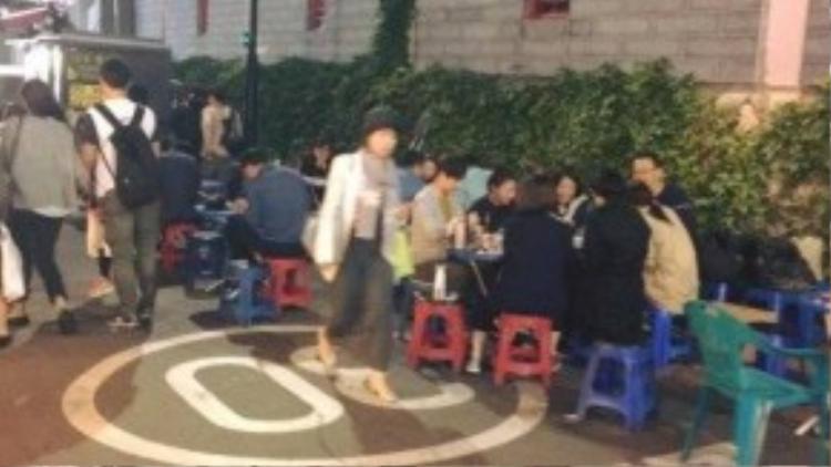 Thực khách ngồi ngay tại góc đường, chọn món và thưởng thức đến khi no căng bụng.