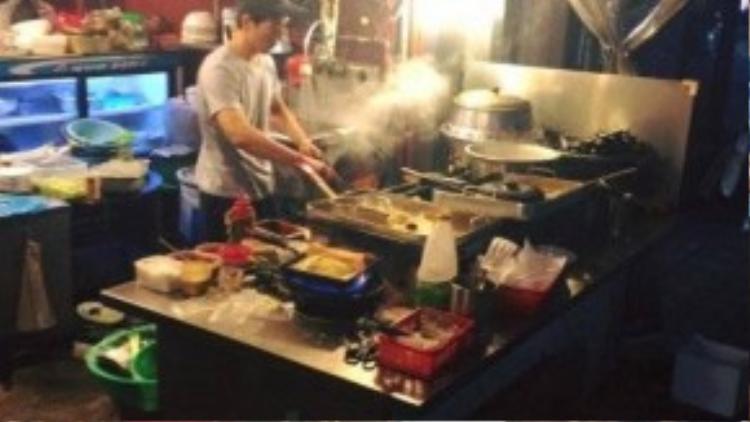Dù ở tại các trung tâm mua sắm lớn của Hàn đều có các quầy ăn uống, nhưng Hà Lade vẫn chỉ thích tìm đến những hàng quán vỉa hè trứ danh của xứ củ sâm.