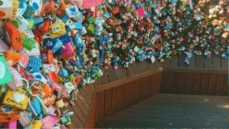 Nơi đây được gọi là thiên đường ổ khóa tình yêu, điểm thú vị là mọi người có thể gắn chìa khóa nhỏ cùng mảnh giấy hay nhựa hình trái tim màu đỏ, hồng, vàng, xanh.
