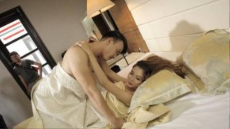 Cảnh nóng của Chan Than San và bạn diễn nữ trong MV.