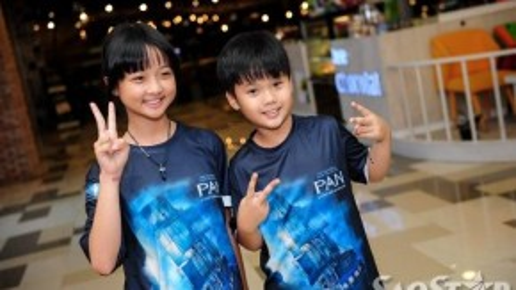 Thanh Mỹ và Trọng Khang còn được ban tổ chức tặng cho cặp áo thun in hình poster phim.