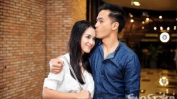 Vì đã đính hôn nên cặp đôi này không ngại ngần trao nhau những cử chỉ tình cảm trước công chúng.