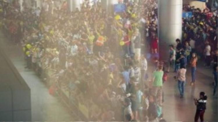"""Đến sân bay trễ hơn một tiếng so với dự định, nhưng các fan của nhóm nhạc đã xuất hiện từ sớm. Họ """"nhuộm vàng"""" sân bay Tân Sơn Nhất."""