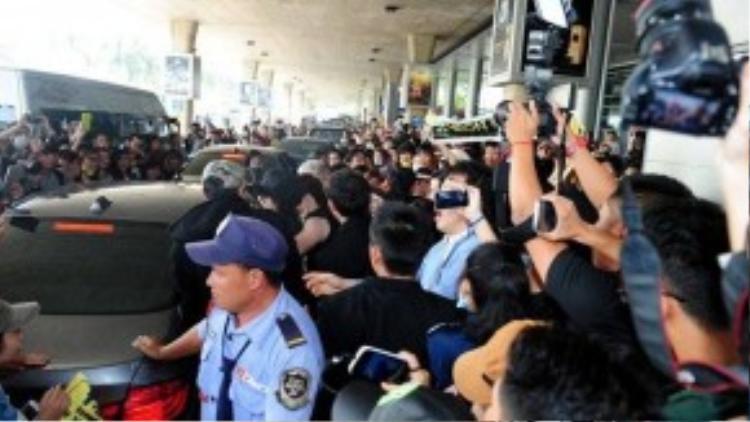 Phải cần đền khá nhiều bảo vệ, T-Ara mới có thể lên xe về khách sạn an toàn.