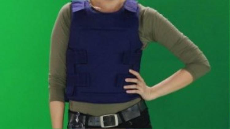Hari Won biến đổi từ dễ thương sang lạnh lùng cá tính khi hoá thân thành nữ cảnh sát.