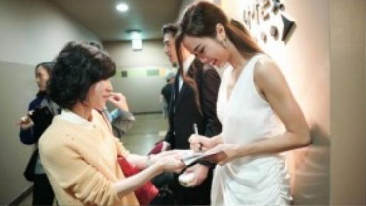 Người đẹp ký tặng cho người hâm mộ.