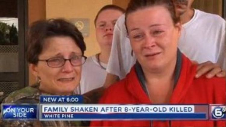 Gia đình cô bé không cất lên lời khi trả lời phỏng vấn.