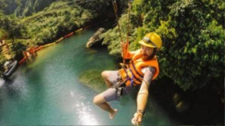 Trò Ziplining qua sông là cách tuyệt nhất để khám phá hang Đen.