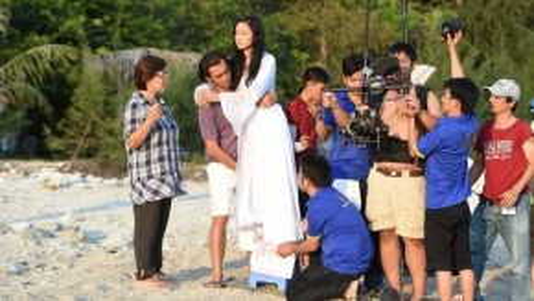 """Sau gần một thập kỷ vắng bóng trên màn ảnh rộng, """"Người đẹp Tây Đô"""" Việt Trinh sắp tái ngộ khán giả với một vai diễn nặng ký trong bộ phim điện ảnh Trót yêu…."""