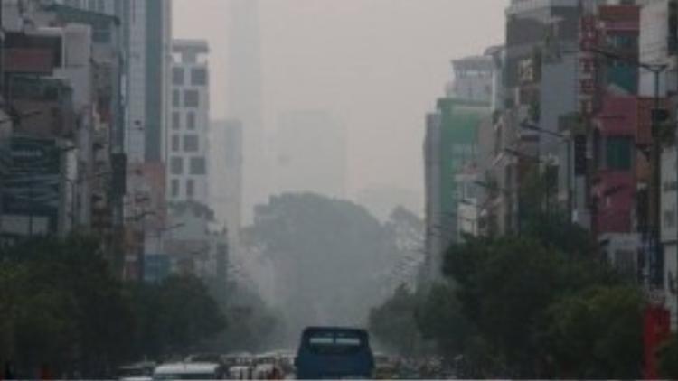"""Theo các chuyên gia khí tượng thủy văn thì hiện tượng """"mù khô"""" xuất hiện do nhiều yếu tố kết hợp nhưng chủ yếu là ô nhiễm không khí. Ảnh: Tuổi Trẻ"""