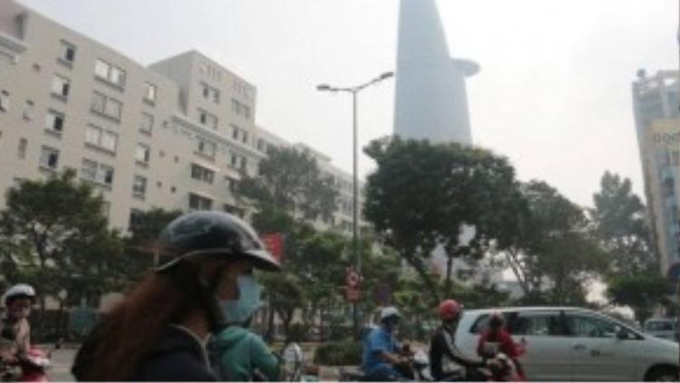 Tòa nhà Bitexco ngay trung tâm quận 1 bị khói mù vây kín. Ảnh: Tuổi Trẻ