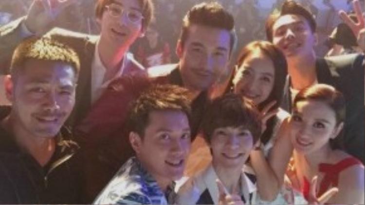 Dàn diễn viên Vương quốc ảo cùng tác giả kiêm giám đốc sáng tạo Quách Kính Minh.