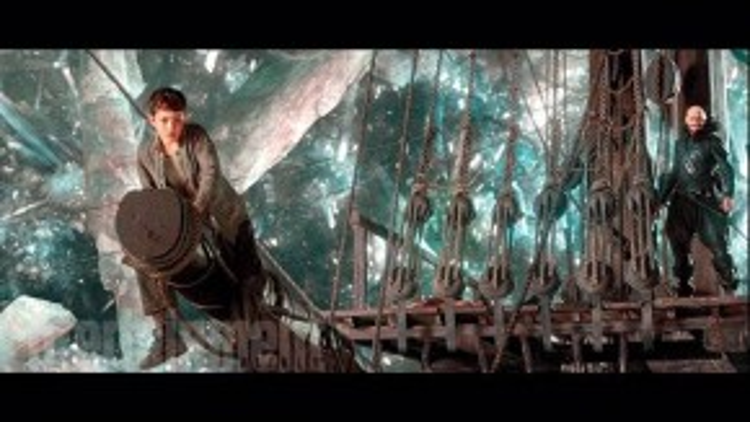 Peter đang ngồi trên mũi tàu. (Ảnh: Warner Bros)
