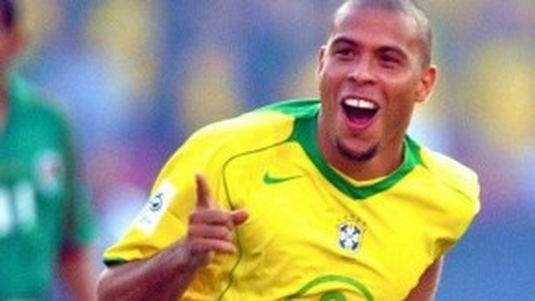 """Được tôn vinh là huyền thoại bóng đá, được mọi người thần tượng với biệt danh """"người ngoài hành tinh"""", Ronaldo từng là cầu thủ mà các đội bóng mơ ước sở hữu."""