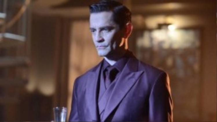 Phương thức hành động của Theo Galavan khá giống một kẻ thù của Batman sau này là Ra's Al Ghul, nên đây rất có thể là nhân dạng giả của tên ác nhân này.