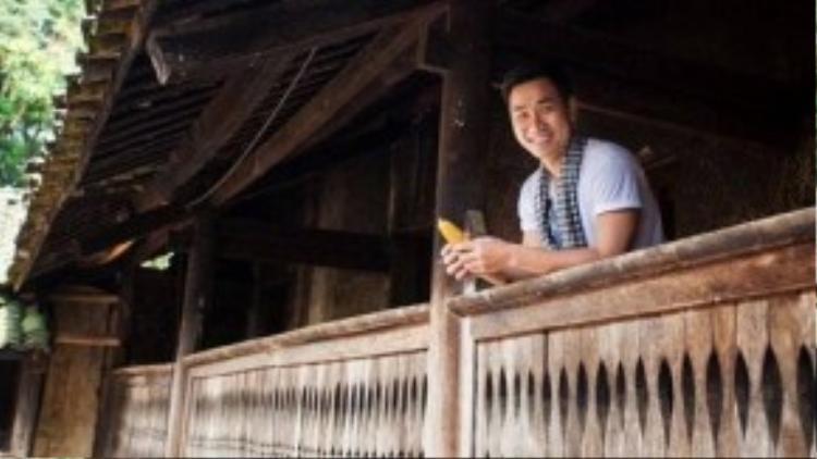 """Nguyên Khang cũng chụp hình tại ngôi nhà từng là địa điểm quay bộ phim nổi tiếng """"Chuyện của Pao"""" thuộc xã Sủng Là, huyện Đồng Văn, Hà Giang."""